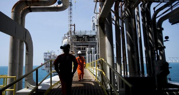 Pekerja beraktivitas di Anjungan Central Plant Pertamina Hulu Energi (PHE) ONWJ, Laut Jawa Perairan Utara, Subang, Jawa Barat,