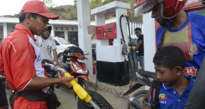 Petugas mengisi premium di SPBU Waisai, Raja Ampat, Papua Barat