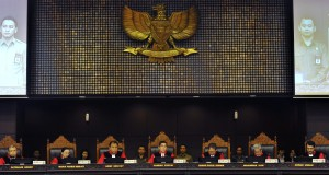 Ketua Mahkamah Konstitusi (MK) Hamdan Zoelva (tengah) didampingi sembilan Hakim MK memimpin sidang pembacaan putusan sengketa Pemilihan Presiden di Gedung MK, Jakarta, Kamis (21/8).