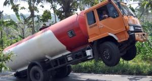 Sebuah truk tangki bermuatan tetes tebu yang bagian depannya terangkat di tanjakan Krikil Desa Walitelon, Temanggung, Jateng, Kamis (28/8).
