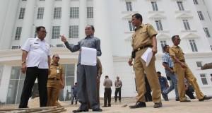 Gubernur Riau, Annas Maamun, secara mendadak blusukan ke lokasi proyek pembangunan gedungperkantoran bupati Rokan Hilir di Batu Enam kota