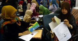 Sejumlah pelamar pekerjaan mempersiakan berkas data diiri pada bursa kerja Unhas Career Expo di kampus Universitas Hasanuddin, Makassar, Jumat(19/9).