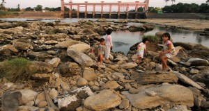 Warga tengah menjala ikan ditengah sungai Cisadane yang mengering di kawasan Pintu Air Sepuluh, Tangerang, Banten,