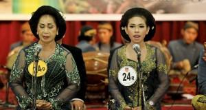 Pesinden dan para pemain karawitan tampil dalam Festival Karawitan dan Sinden Idol di Semarang, Jateng, Selasa (16/9).