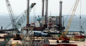 Sejumlah pekerja sedang menyelesaikan konstruksi modul untuk rig pengeboran lepas pantai di Batam,