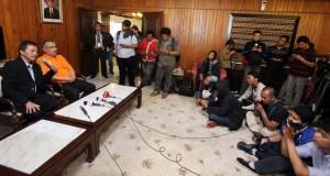 Menteri Pemuda dan Olahraga Roy Suryo (kiri) didampingi Deputi Pembudayaan dan Olahraga Kemenpora Prof.Faisal Abdulah (kanan) memberikan