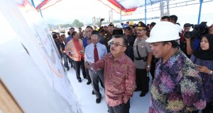 Wakil Presiden terpilih periode 2014-2019 Jusuf Kalla (kedua kanan) melihat maket saat meninjau pembangunan jalan arteri Kota Mamuju usai menghadiri puncak perayaan Hari Ulang Tahun ke-10 Sulawesi Barat, di lapangan Merdeka Mamuju, Sulawesi Barat, Senin (2
