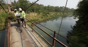 Sejumlah warga melintasi jembatan Pundong, Bantul, Yogyakarta