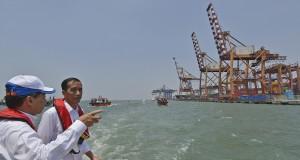 Gubernur DKI Jakarta yang juga Presiden terpilih Joko Widodo (kanan) didampingi Dirut PT Pelabuhan Indonesia (Pelindo) II (Persero) Richard Joost Lino (kiri) meninjau Pelabuhan Tanjung Priok dari atas sebuah kapal Pilot Boat yang berlayar di Teluk Jakarta,