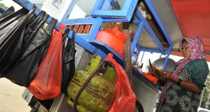 Pedagang makanan keliling pengguna elpiji tiga kilogram mempersiapkan lapak di kawasan Masjid Istiqlal, Jakarta, Jumat (12/9).