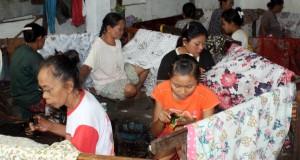 Sejumlah pembatik tengah mencatik batik di sentral pembuatan batik Desa Babagan, Kecamatan Lasem, Rembang, Jawa Tengah, Senin (1/9).