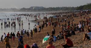 Sejumlah wisatawan menyaksikan matahari tenggelam di Pantai Kuta, Kuta, Bali,