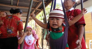 Petugas menimbang balita saat Lomba TNI Manunggal Keluaraga Berencana Kesehatan (TMKK) di Posyandu Melati, Nusukan, Solo, Jawa Tengah, Senin (22/9).