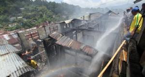 Sejumlah warga berusaha memadamkan api yang menghanguskan sebuah rumah di kawasan Batu Gajah, Ambon, Maluku, Senin (29/9).