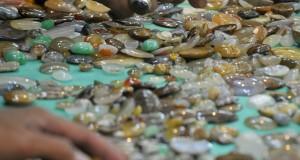 Pengunjung memilih batuan mulia yang diperjualbelikan dalam pameran di Mangga Dua Square, Jakarta, Jumat (19/9).