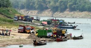Sejumlah truk antre mengambil pasir di Desa Banjarsari, Kecamatan Trucuk, Kabupaten Bojonegoro, yang menjadi pasar pasir Bengawan Solo