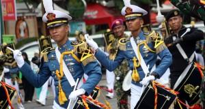 Sejumlah Taruna Akademi Angkatan Laut (AAL) beraksi ketika pawai drumband di kawasan Lapangan Merdeka Medan, Sumut, Selasa (16/9).