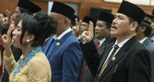 Sejumlah anggota DPRD Provinsi Maluku terpilih, melakukan sumpah jabatan saat pelantikan di gedung DPRD Maluku, Ambon, Selasa (16/9).