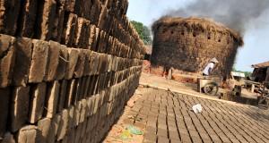 Sejumlah pekerja melakukan proses pembakaran batu bata di Desa Kademangaran,