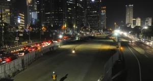 Pekerja mengerjakan pembangunan proyek Mass Rapid Transit (MRT) di Jalan Sudirman, Jakarta, Senin (15/9) malam