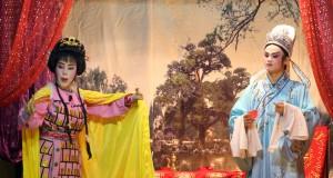 Pemain Tio Ciu Pan (Wayang Orang Tiongkok) mementaskan adegan di vihara Avalokitesvara Medan, Sumut, Jumat (12/9) malam
