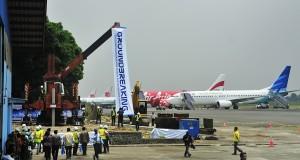 Sejumlah pekerja mekalukan pengerjaan proyek saat acara Groundbreaking Pengembangan Bandara Husein Sastranegara, Bandung, Jawa Barat, Senin (29/9).