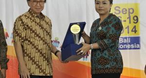 Menteri Kelautan dan Perikanan Sharif C Sutardjo (kiri) menyerahkan pengghargaan Adi Bakti Mina Widia kepada Bupati Tabanan, Eka Wiryastuti (kanan) di sela Pelatihan Internasional Pengelola Kawasan Konservasi Perairan di Pelabuhan Benoa, Bali, Selasa (16/9