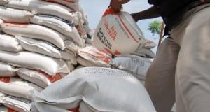 Pekerja memindahkan beras miskin (raskin) untuk Kelurahan Pasar Ambacang, Kuranji, Padang, Sumbar, Senin (22/9).
