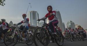 """Ratusan ribu pengendara sepeda mengikuti Fun Bike bertajuk """"Gowes Bersama TNI Rakyat Sehat"""" yang dimulai dari Parkir Timur Gelora Bung Karno, Senayan, Jakarta, Minggu (28/9). A"""