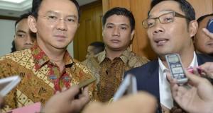 Wakil Gubernur DKI Jakarta Basuki Tjahaja Purnama (kiri) dan Walikota Bandung Ridwan Kamil (kanan) memberikan keterangan pers usai melakukan pertemuan di Balaikota, Jakarta, Selasa (16/9).