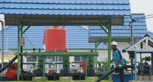 Petugas mengecek pembangkit listrik ketika peresmian pilot project Pembangkit Listrik Tenaga Biogas (PLTBg) dari limbah cair sawit (POME) di Desa Rantau Sakti, Rokan Hulu, Riau, Selasa (16/9).
