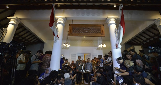 Presiden terpilih Joko Widodo bersama Wakil Presiden terpilih Jusuf Kalla (tengah) memberikan keterangan pers di Kantor Transisi Jokowi - JK di Jalan Situbondo Nomor 10, Menteng, Jakarta Pusat, Senin (15/9).