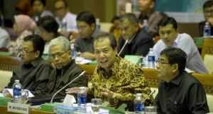 Menko Perekonomian yang juga pelaksana tugas Menteri ESDM, Chairul Tanjung (kedua kanan) didampingi Wamen ESDM Susilo Siswoutomo (kanan), memberikan pemaparan saat rapat kerja dengan Komisi VII DPR di Kompleks Parlemen, Senayan, Jakarta, Senin (15/9)