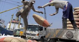 Pekerja melakukan aktivitas bongkar muat semen di pelabuhan Sunda Kelapa, Jakarta, Kamis (25/9).