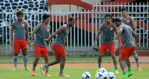 Para pemain Al Qadsia (Kuwait) saat melakukan ujicoba lapangan di Stadion Mandala Jayapura, Papua, Senin (29/9).