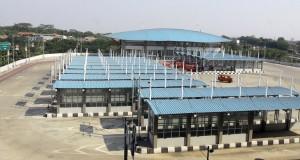 Sejumlah angkutan umum menunggu penumpang di terminal Pulogebang, Cakung, Jakarta, Senin (22/9).