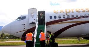 Penumpang Express Air menuruni tangga pesawat setibanya di Wamena, Selasa (16/9) pesawat experss air boing 737 seri 200 untuk pertama kalinya melayani