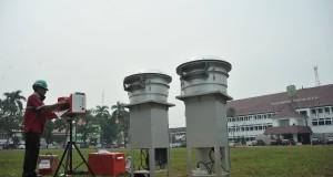 Petugas Badan Lingkungan Hidup Provinsi Sumatera Selatan mengoperasikan alat uji kualitas udara di halaman Pemerintah Provinsi Sumsel Palembang, Rabu (17/9).