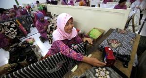 Pembatik menyelesaikan proses membatik saat kunjungan wartawan pada acara bertajuk 'Perjalanan Batikku' di Pabrik Danar Hadi Solo, Jawa Tengah, Sabtu, (20/9).