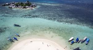 Sejumlah perahu yang digunakan untuk mengangkut wisatawan bersandar di tepi Pulau Lengkuas, Belitung, Sabtu (23/14)