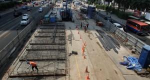 Sejumlah pekerja menyelesaikan proyek konstruksi Mass Rapid Transit (MRT) di kawasan Jalan Thamrin, Jakarta, Selasa (16/9).