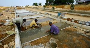 Sejumlah pekerja sedang menyelesaikan pembuatan jalan di areal Kebun Raya Batam (KRB) di Nongsa, Batam,