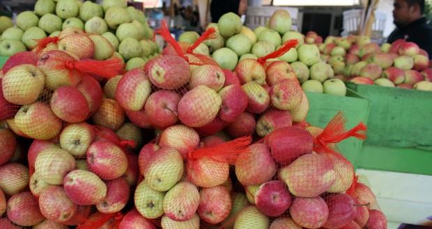 """Pedagang melayani pembeli buah apel jenis """"manalagi"""" di Batu, Malang, Jawa Timur, Kamis (16/10)."""