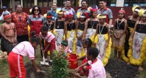 ÒDirektur Compliance, Corporate Affairs & Legal CIMB Niaga L Wulan Tumbelaka (ketiga kiri) bersama Kepala Kantor OJK Provinsi Papua dan Papua Barat Prio Anggoro (keempat kiri), Kepala Kantor Perwakilan Bank Indonesia Provinsi Papua dan Papua Barat Hasiho