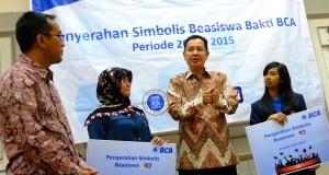 Kepala Kanwil I BCA Jawa Barat Gunawan Budi tengah berdialog dengan penerima beasiswa Bakti BCA periode 2014-2015  dari ITB dan Unpad di Bandung,