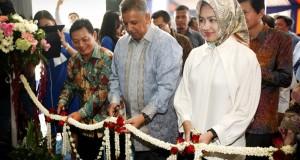 Direktur Utama PT Bank Rakyat Indoneia (Persero) Tbk Sofyan Basir dan Walikota Tangerang Selatan Airin Rachmi Diany meresmikan gedung BRI BSD di Tangerang Selatan, Senin (27/10).