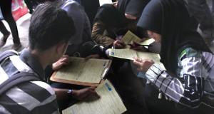 Sejumlah mahasiswa Universitas Tirtayasa (Untirta) Banten mengisi formulir lamaran kerja di Arena Bursa Kerja, di Kampus Untirta, Serang, Banten.