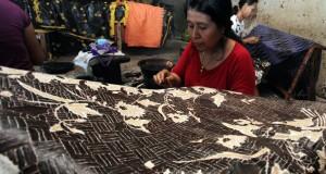 Sejumlah pengrajin batik meakukan pengerjaan penyelesaian pembuatan batik tulis di Centra Batik Tulis Trusmi di Desa Trusmi Wetan, Plered, Cirebon