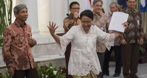 Menteri Luar Negeri Retno L.P. Marsudi (ketiga kiri) didampingi Wakil Menlu AM Fachir (kiri) beserta jajarannya bergegas usai memberikan keterangan pers di Gedung Pancasila, Kementerian Luar Negeri, Pejambon, Jakarta, Rabu (29/10).