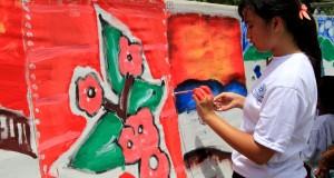 ejumlah siswa SD mengikuti lomba melukis saat Eksebisi Seni Rupa Provinsi Maluku yang berlangsung di Taman Budaya Provinsi Maluku, Ambon, Selasa